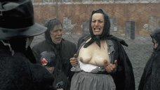 2. Заключенная показывает голую грудь – Двадцатый век