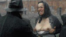 4. Заключенная показывает голую грудь – Двадцатый век