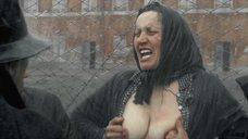 5. Заключенная показывает голую грудь – Двадцатый век