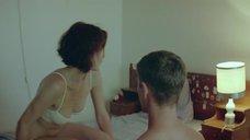 9. Голая попка Анны Калаицидоу – Клык