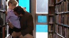 Секс с Кирой Седжвик в библиотеке