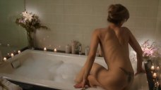 Кира Седжвик принимает ванну