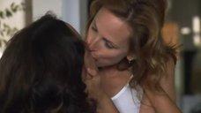 2. Лесбийский поцелуй Дженнифер Билз и Марли Мэтлин – Секс в другом городе