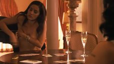 6. Рэйчел Шелли и Сандрин Холт играют в карты на раздевание – Секс в другом городе