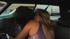 5. Поцелуй Кристанны Локен и Кэтрин Менниг в машине – Секс в другом городе
