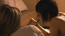 21. Эротическая сцена с Кристанной Локен и Кэтрин Менниг – Секс в другом городе