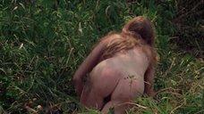 Полностью голая Камилль Китон после изнасилования в лесу
