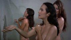 1. Пэм Гриер и Маргарет Марков принимает душ в тюрьме – Черная мама, белая мама