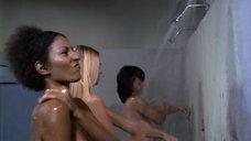 10. Пэм Гриер и Маргарет Марков принимает душ в тюрьме – Черная мама, белая мама