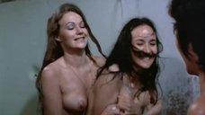 13. Пэм Гриер и Маргарет Марков принимает душ в тюрьме – Черная мама, белая мама