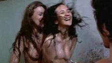 16. Пэм Гриер и Маргарет Марков принимает душ в тюрьме – Черная мама, белая мама