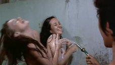 17. Пэм Гриер и Маргарет Марков принимает душ в тюрьме – Черная мама, белая мама