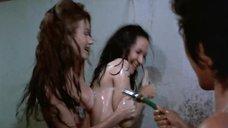 18. Пэм Гриер и Маргарет Марков принимает душ в тюрьме – Черная мама, белая мама