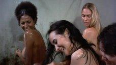 19. Пэм Гриер и Маргарет Марков принимает душ в тюрьме – Черная мама, белая мама