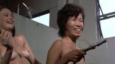 23. Пэм Гриер и Маргарет Марков принимает душ в тюрьме – Черная мама, белая мама