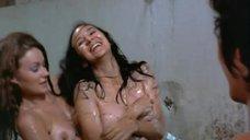 24. Пэм Гриер и Маргарет Марков принимает душ в тюрьме – Черная мама, белая мама