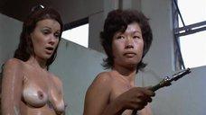 26. Пэм Гриер и Маргарет Марков принимает душ в тюрьме – Черная мама, белая мама