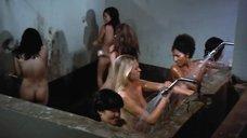3. Пэм Гриер и Маргарет Марков принимает душ в тюрьме – Черная мама, белая мама