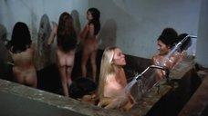4. Пэм Гриер и Маргарет Марков принимает душ в тюрьме – Черная мама, белая мама