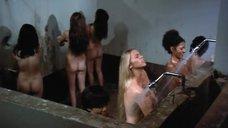 5. Пэм Гриер и Маргарет Марков принимает душ в тюрьме – Черная мама, белая мама