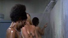 9. Пэм Гриер и Маргарет Марков принимает душ в тюрьме – Черная мама, белая мама