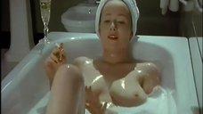 1. Голая Дженнифер Эль принимает ванну – Ромашковая поляна