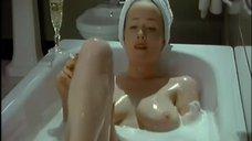 Голая Дженнифер Эль принимает ванну