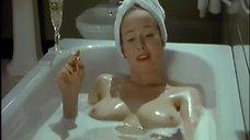 5. Голая Дженнифер Эль принимает ванну – Ромашковая поляна