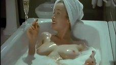 6. Голая Дженнифер Эль принимает ванну – Ромашковая поляна