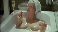 8. Голая Дженнифер Эль принимает ванну – Ромашковая поляна