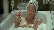 9. Голая Дженнифер Эль принимает ванну – Ромашковая поляна