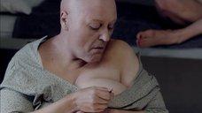 Женщина выдергивает волосы с груди