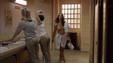 Заключенная идет топлес в уборной