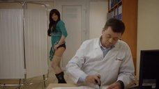 10. Девушка одевает трусики на приёме у доктора – День святого Валентина