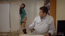 3. Девушка надевает трусики на приёме у доктора – День святого Валентина