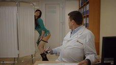 Девушка надевает трусики на приёме у доктора