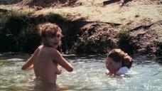 Дарья Повереннова купается голой в реке